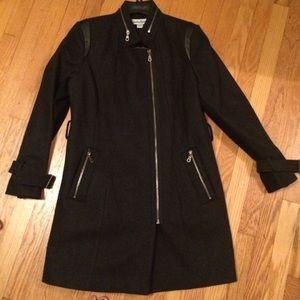 Knee length belted wool coat. Lots of details!